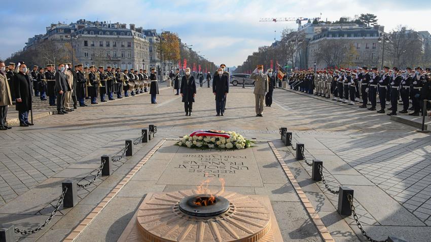الرئيس عبد الفتاح السيسي يضع إكليلًا من الزهور على قبر الجندي المجهول بميدان قوس النصر بباريس
