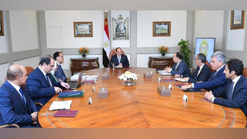 الرئيس عبد الفتاح السيسي يجتمع برئيس مجلس الوزراء وعدد من الوزراء والمسئولين