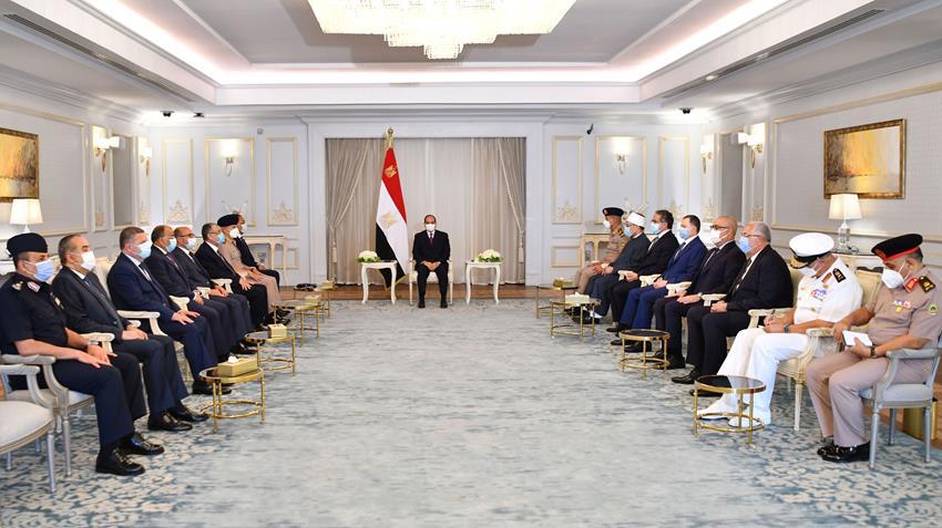 الرئيس عبد الفتاح السيسي يجتمع برئيس مجلس الوزراء وعددًا من السادة الوزراء وكبار رجال الدولة