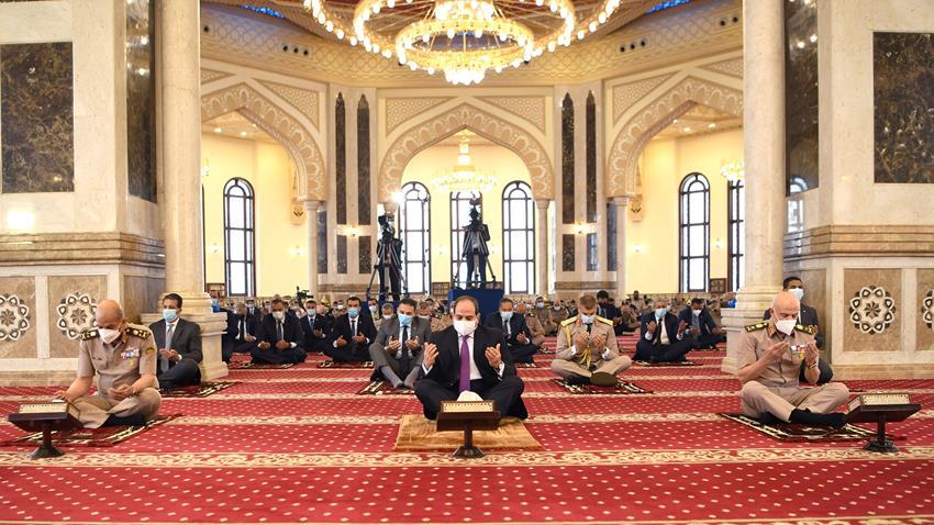 الرئيس عبد الفتاح السيسي يؤدي صلاة الجمعة بمسجد المشير طنطاوی ويلتقي عدد من كبار قادة القوات المسلحة