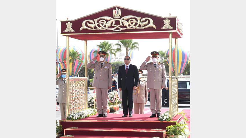 الرئيس عبد الفتاح السيسي يضع إكليلًا من الزهور على قبر الجندي المجهول