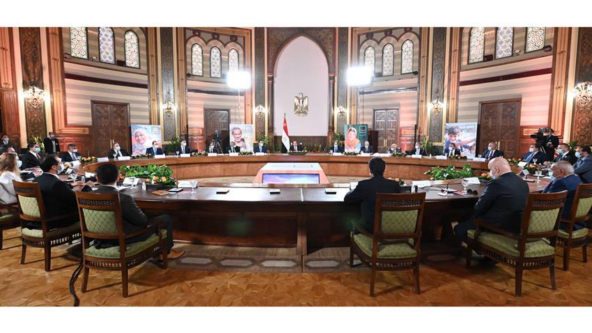 """الرئيس عبد الفتاح السيسي يجتمع مع مجموعة من رجال الأعمال المصريين المشاركين في مبادرة """"حياة كريمة"""""""