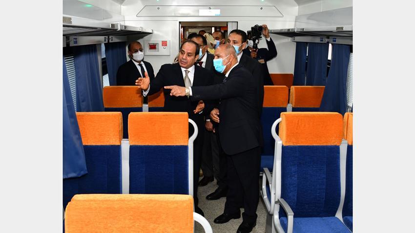 الرئيس عبد الفتاح السيسي يتفقد عربات القطارات الجديدة بميناء الإسكندرية