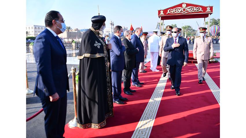 الرئيس عبد الفتـاح السيسي يضع إكليلًا من الزهـور علـى قبر الجندي المجهـول
