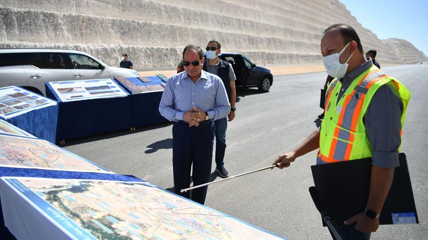 الرئيس عبد الفتاح السيسي يتفقد العمل بامتداد طريق وصلة أم القمر