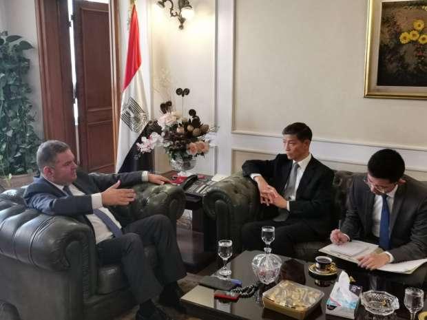 وزير قطاع الأعمال يبحث مع سفير الصين إنشاء أول مصنع سيارات كهربائية في مصر