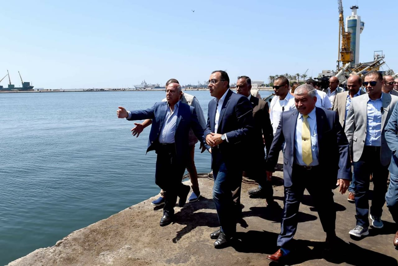 رئيس الوزراء يتفقد ميناء الإسكندرية