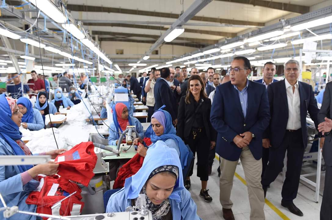 رئيس الوزراء يزور مجمعا لصناعة المنسوجات بالمنيا ترعاه مؤسسة مصر الخير