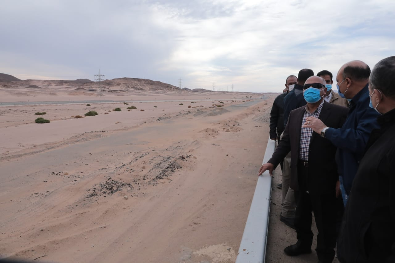 وزير النقل يتفقد مشروع إعادة تأهيل خط سكة حديد قنا- أبو طرطور
