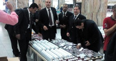  جمارك مطار القاهرة تحبط تهريب عدد من الأقراص المخدرة والأسلحة البيضاء