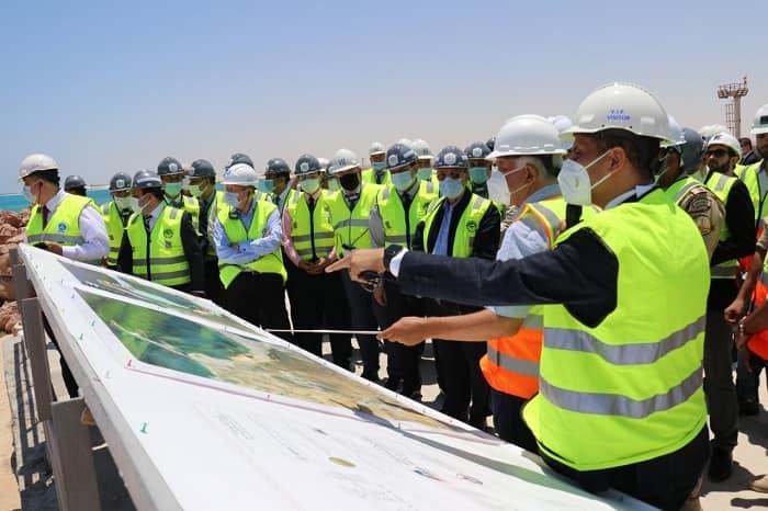 تفقد الدكتور محمد شاكر، وزير الكهرباء والطاقة المتجددة الموقع الإنشائى بمحطة الضبعة
