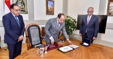 الرئيس السيسي يطلع على عينات من البنكنوت الجديد سيتم إصداره نوفمبر القادم