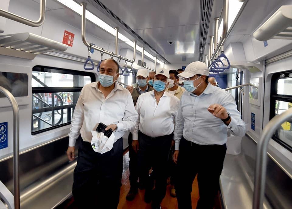 رئيس الوزراء: منطقة انتظار سيارات كبيرة تصل إلى 2000 سيارة أمام كل محطة للقطار الكهربائي