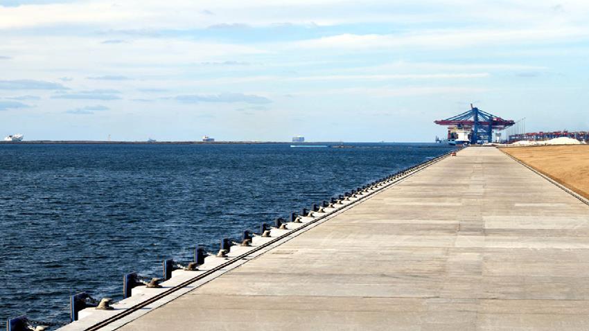 المرحلة الأولي من إنشاء أرصفة الميناء البحري