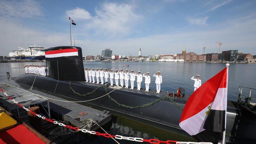 رفع العلم المصري علي الغواصتيين 41 و 42