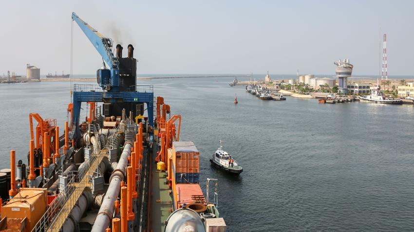 تعميق الممر الملاحي وحوض الدوران بميناء دمياط